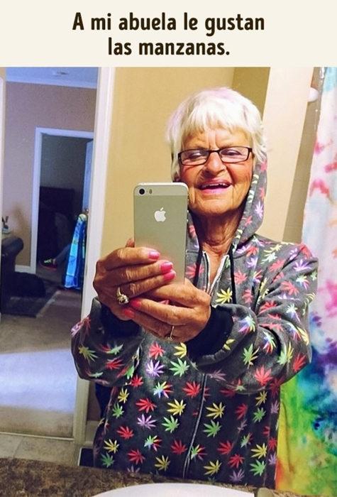 anciana tomándose una selfie
