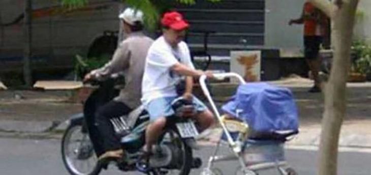 señor en moto con la carreola de su hijo