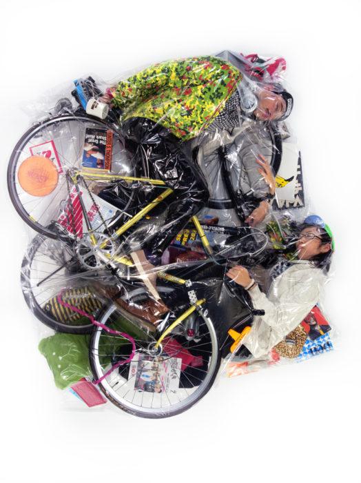 pareja en bici envuelta en plástico