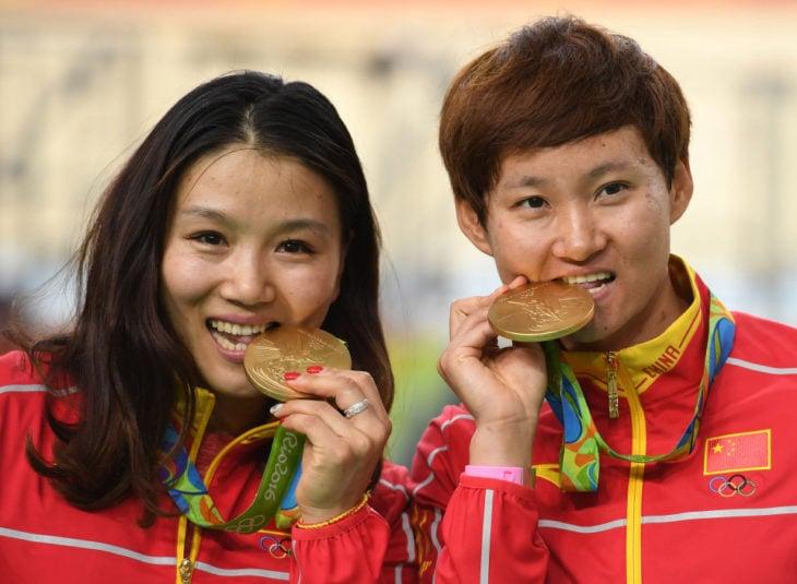 atletas asiáticos con medallas de oro