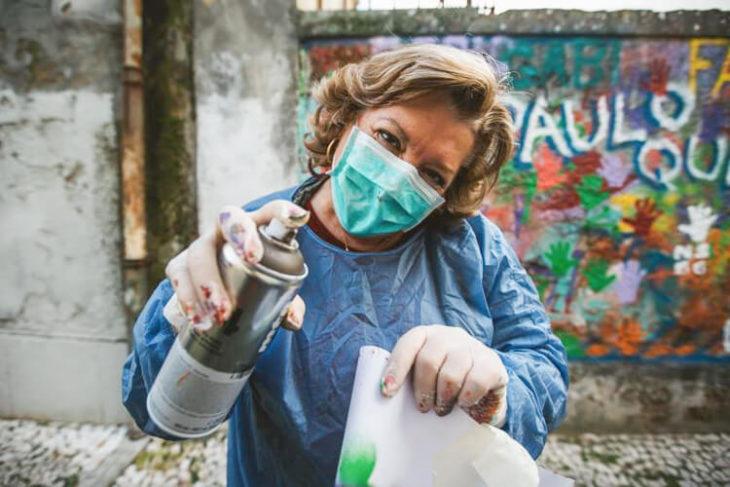 anciana con un aerosol en la mano