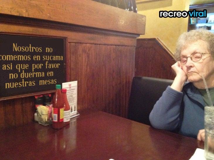abuelita dormida en una mesa