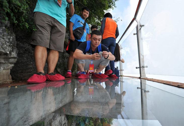 gente arriba de un puente transparente