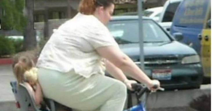 señora gorda aplastando a su hija