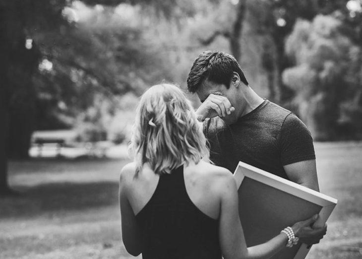 Hombre se limpia las lágrimas frente a su esposa