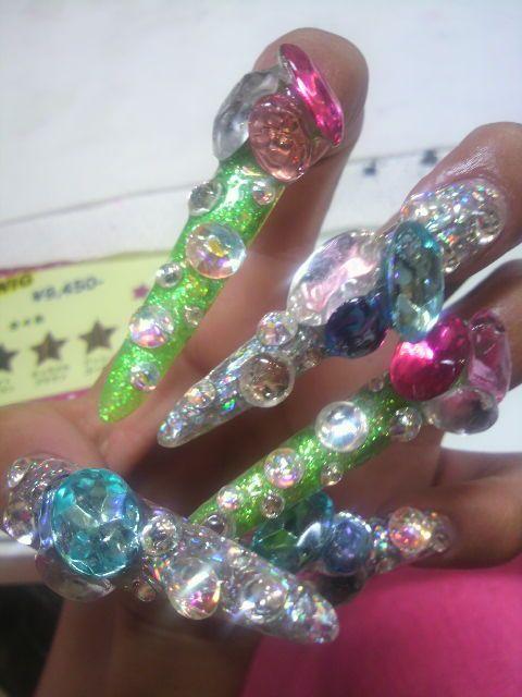 uñas exageradas puntiagudas con diamantes