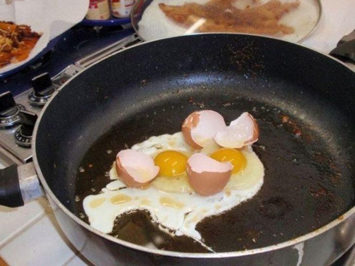 huevo frito con cascarón
