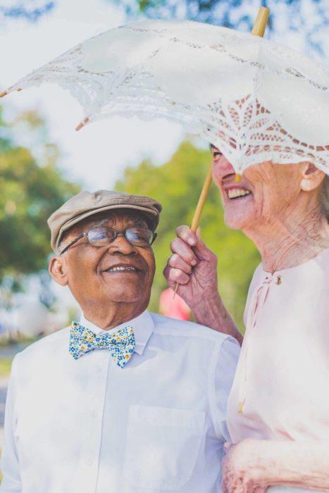 anciano mirando con amor a anciana