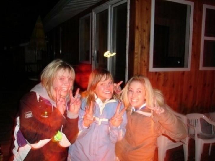 tres amigas se toman una foto