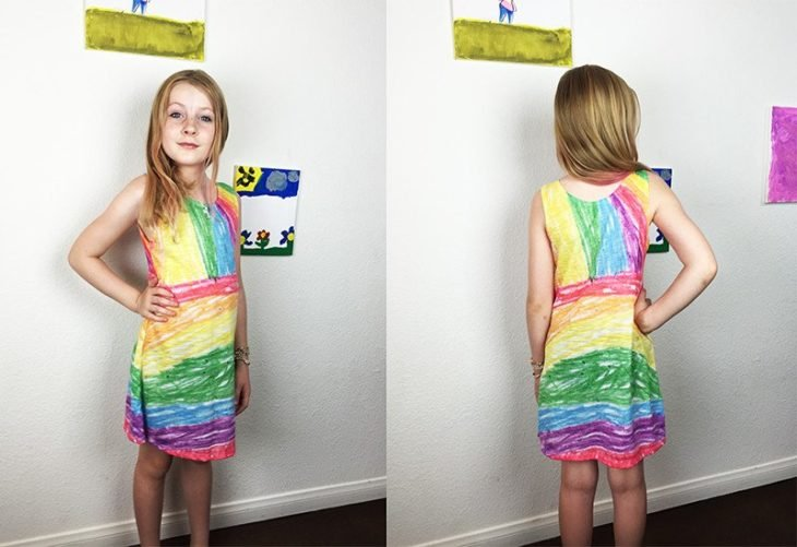 niña modelando un vestido que dibujó