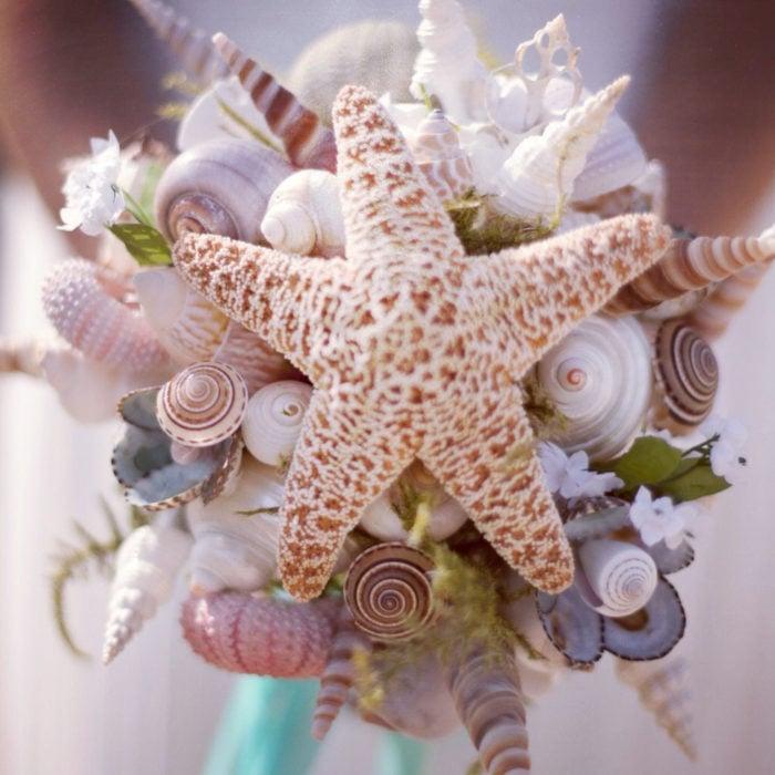 ramo de novia con conchas y estrellas de mar