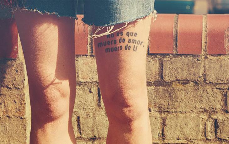 tatuaje arriba de la rodilla