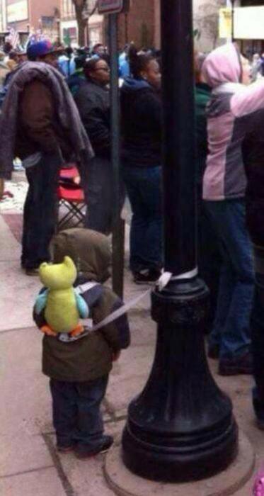 niño atado a un poste