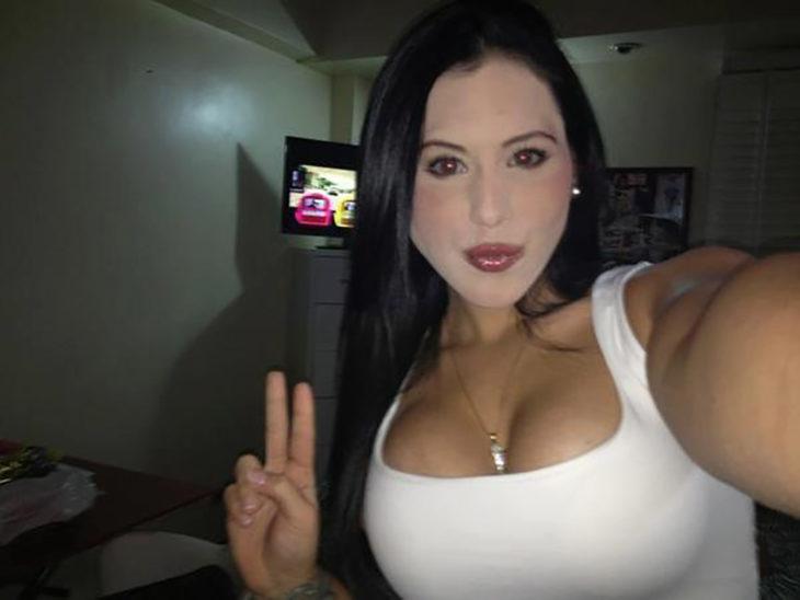 mujer de busto grande con la cara maquillada blanca