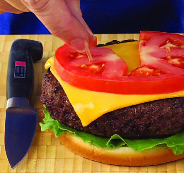 hamburguesa y palillos de comida