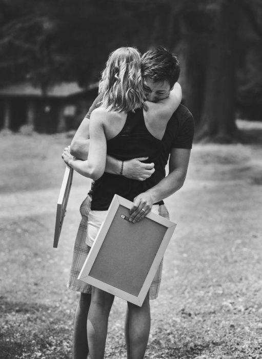 Sesión de fotos pareja abrazada hombre llorando