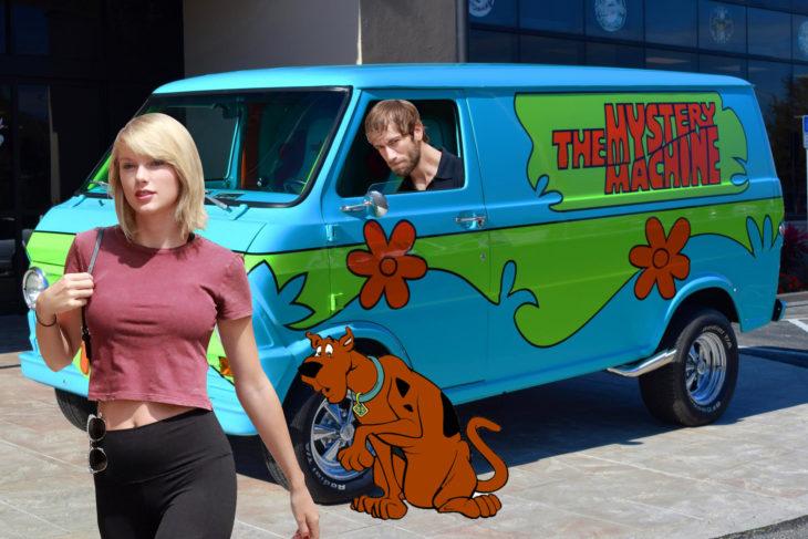 con la camioneta de scooby dooh