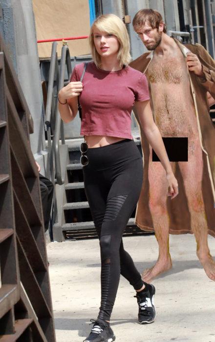 con un tipo desnudo detrás