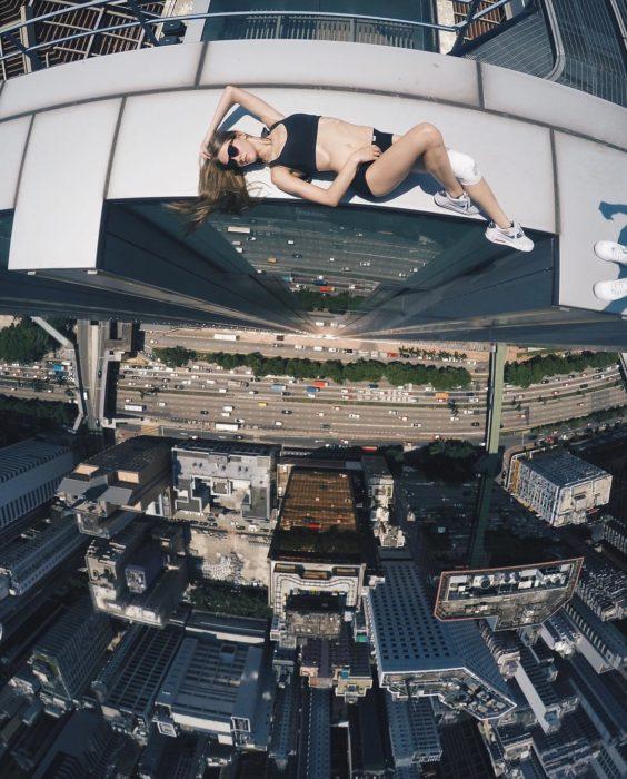 tomando el sol en un gran rascacielos