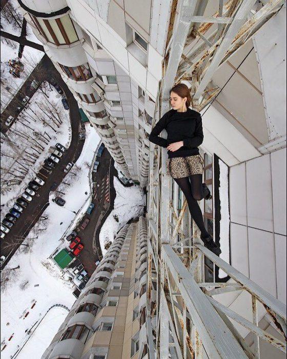 acostada en un edificio alto