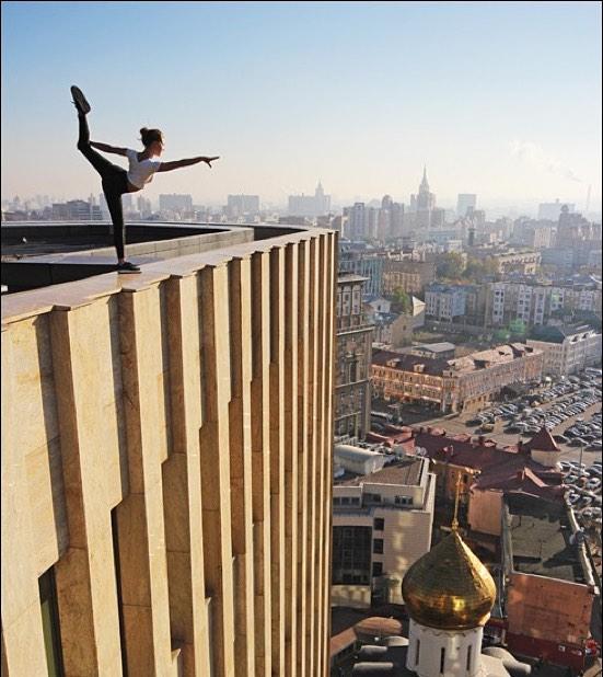 mujer haciendo un split largo