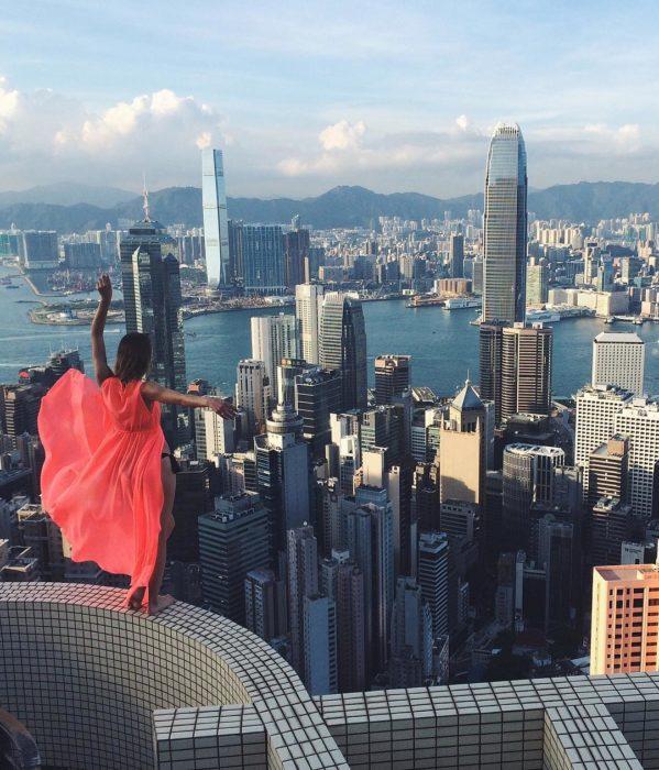en traje de baño y capa roja como la de la supergirl