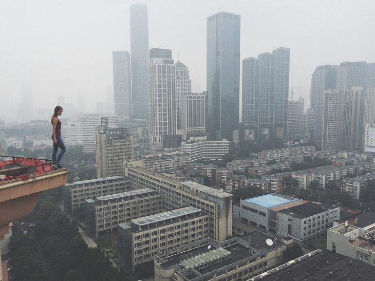 mujer sltando de las alturas