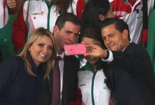 TOMÁNDOSE UNA SELFIE CON UNA SELECCIONADA NACIONAL MEXICANA