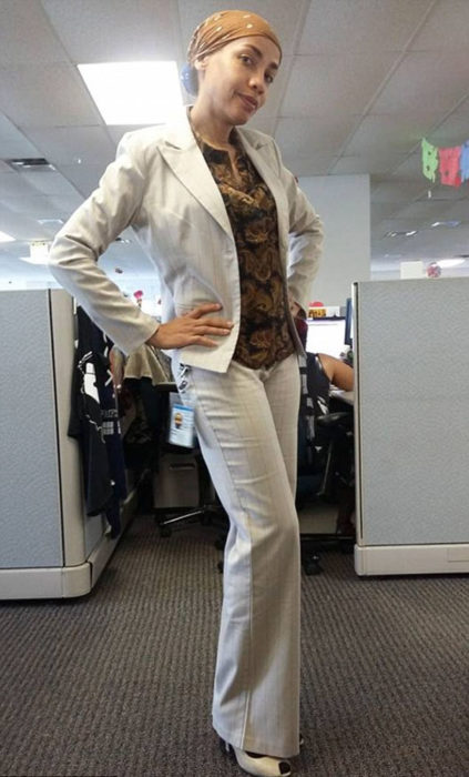 ella vestida como iba a su trabajo normalmente
