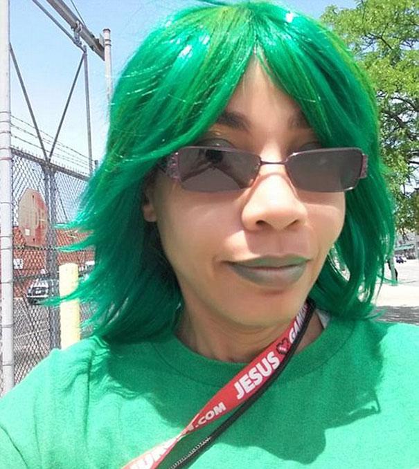 june vestida de verde