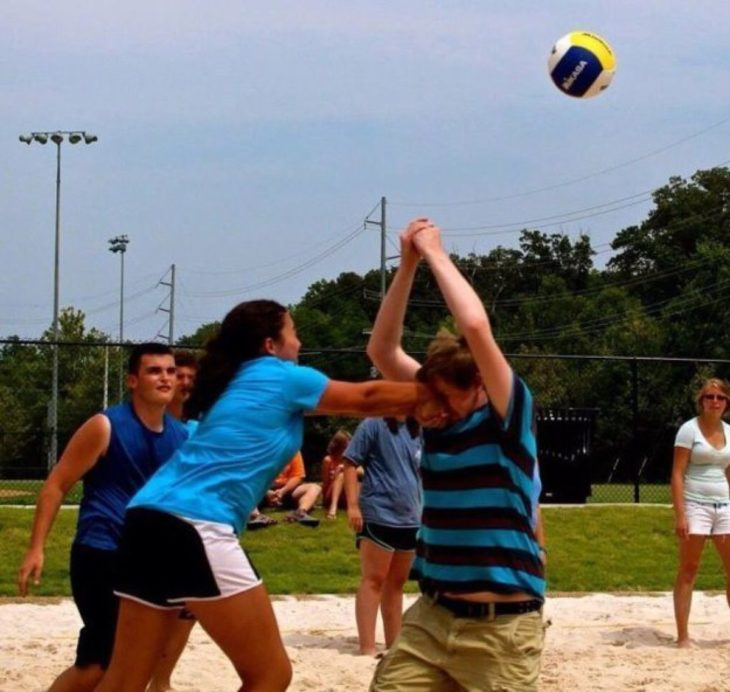 Mujer le da puñetazo a un hombre mientras juegan voleibol