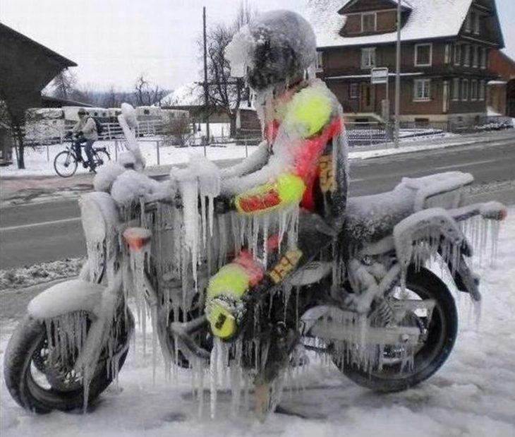 Motociclista congelado