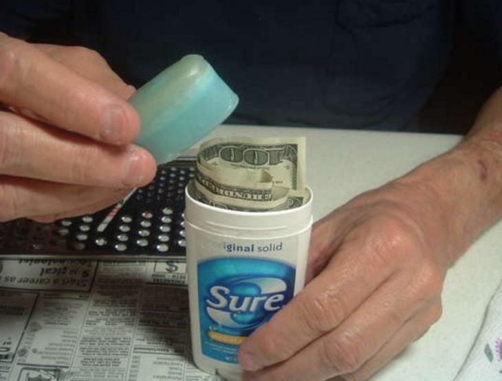 Escondite original dinero. Esconder dinero en una botella de desodorante
