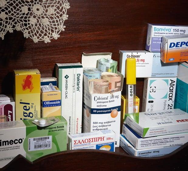 Escondite original dinero. dinero escondido en la caja de medicinas