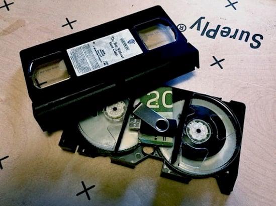 Escondite original dinero. Dinero adentro del VHS