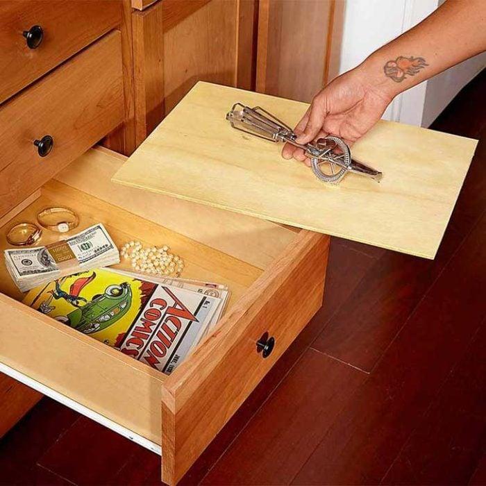 Escondite original dinero. Dinero escondido en un cajón falso