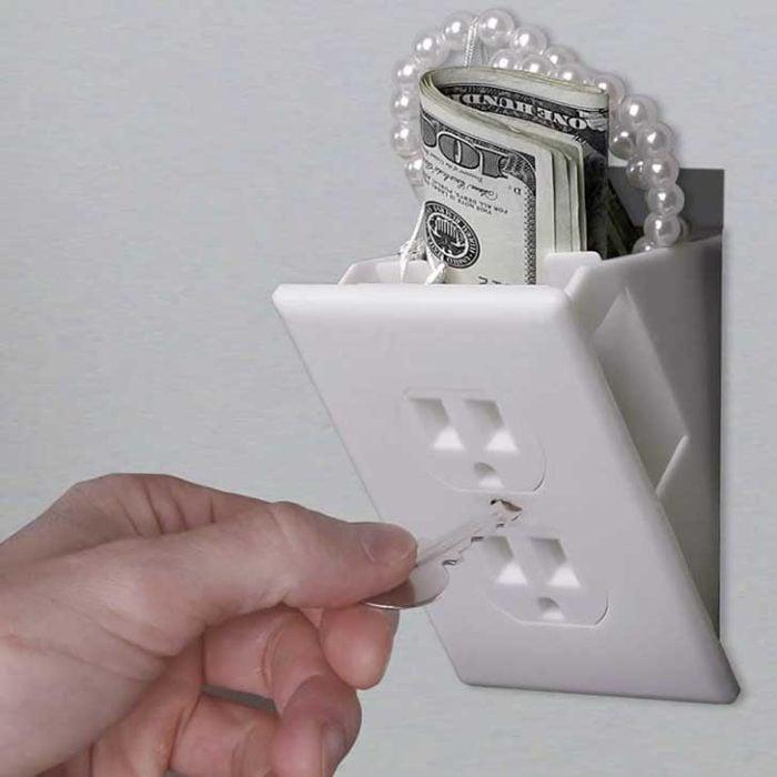 Escondite original dinero. Dinero escondido en un sucket de luz