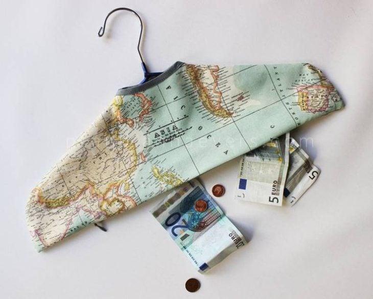 Escondite original dinero. Gancho con tela para guardar dinero