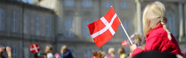 Estudiar-en-Dinamarca. Niña sosteniendo una bandera de dinamarca