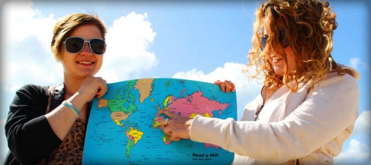 Estudiar en Holanda. Dos chicas sosteniendo un mapa y señalando a Holanda