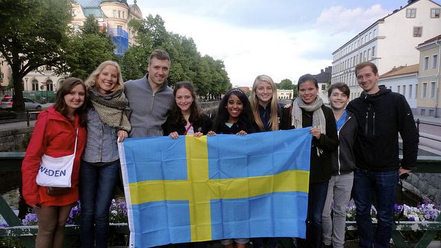 Estudiar en Suecia, estudiantes sosteniendo la bandera de Suecia