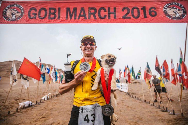 Maratonista carga a cachorrita al llegar a la meta los dos presumen sus medallas