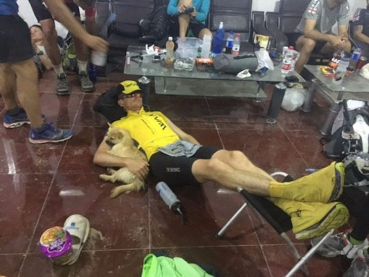 Maratonista dormido mientras abraza a a cachorrita