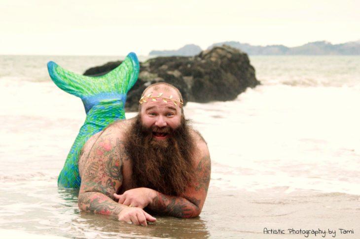 como una sirena en la orilla del mar