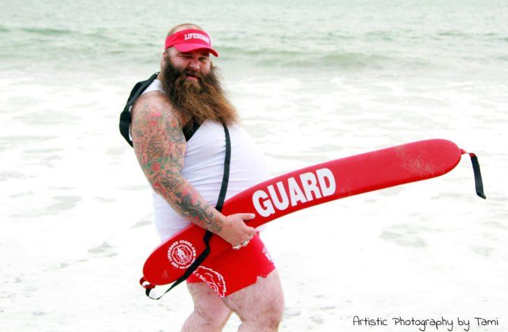 mostrando su gran barba en guardianes de la bahía