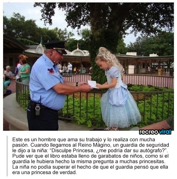 Oficial le pide su autografo a una niña disfrazada de princesa