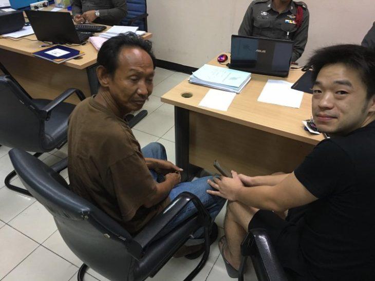 Waralop y Niity Pongkriangyos en la estación de policías de Tailandia