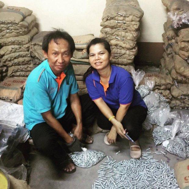 Waralop junto con una compañera de trabajo