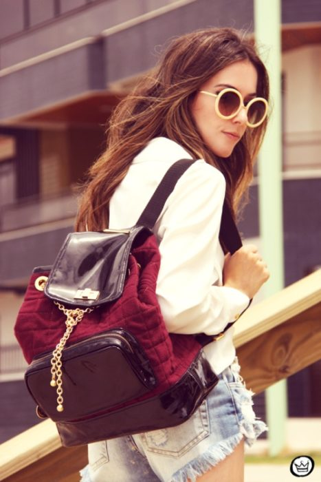Foto de una chica usando mochila