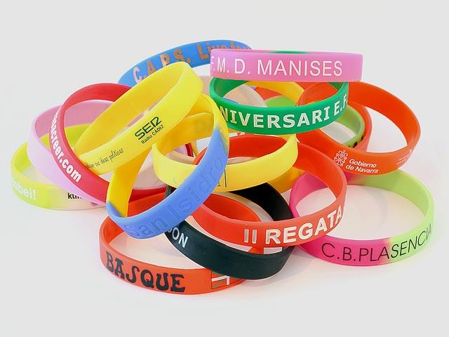 Muchas pulseras de goma de colores
